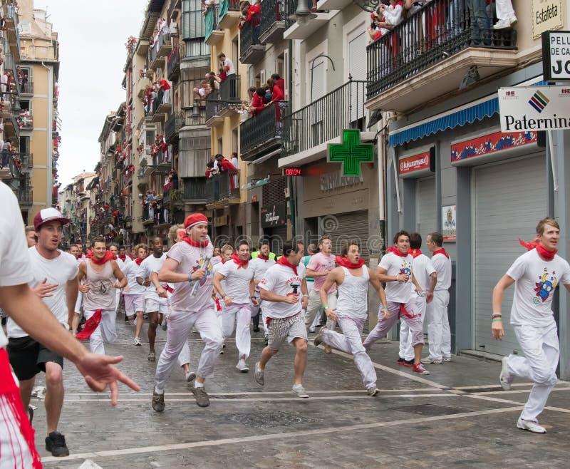 PAMPLONA, SPAIN - JULHO 7: Funcionamento de touros abaixo da rua imagem de stock