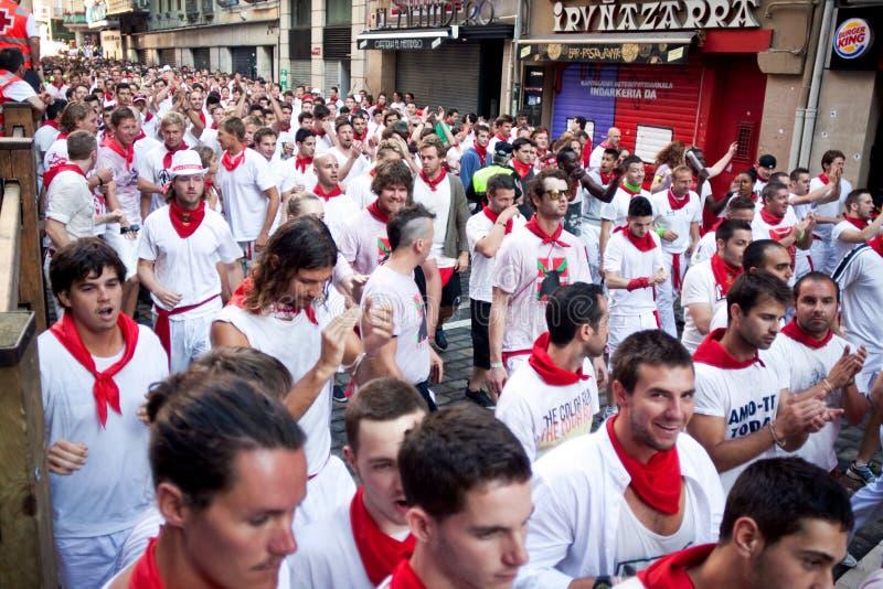 PAMPLONA, SPANIEN - 8. JULI: Leute erwarten Anfang des Rennens der Stiere an stockbilder