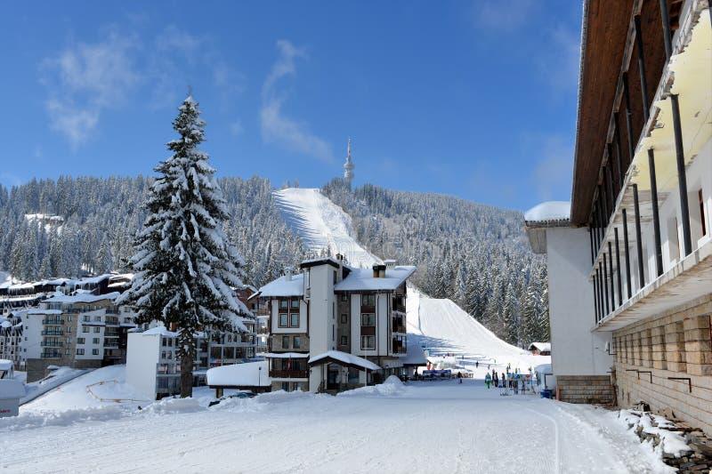 PAMPOROVO, BULGARIA - 11 DE MARZO DE 2015: El centro turístico del invierno con las pistas del remonte y del esquí y el Snejanka  imagenes de archivo