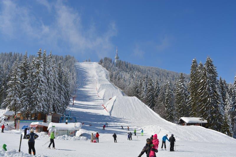 PAMPOROVO, BULGARIE - 11 MARS 2015 : La station de vacances d'hiver avec des voies de remonte-pente et de ski et le Snejanka domi image stock