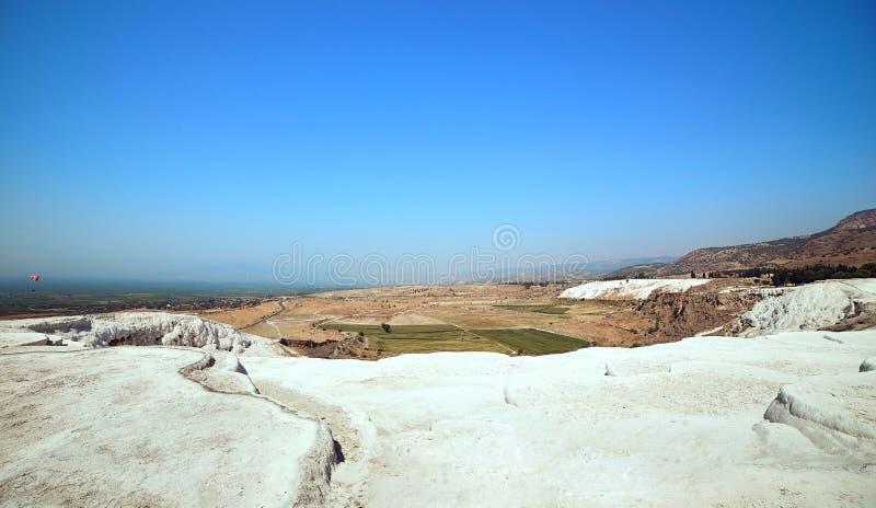 Pamukkale - естественные бассейны и террасы травертина Замок хлопка в юго-западной Турции, популярном туристском назначении стоковая фотография