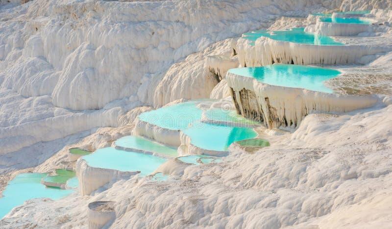Pamukkale, associação natural com água azul, Turquia foto de stock royalty free