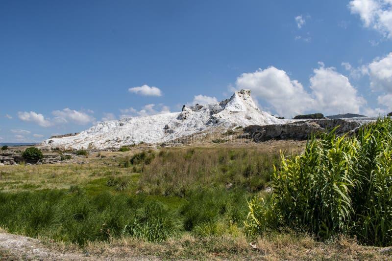 Pamukkale Denizli, Turkiet, travertineterrasser, bomullsslott som är vit, Hot Springs som är termiskt, brunnsort, gräsplan, natur fotografering för bildbyråer