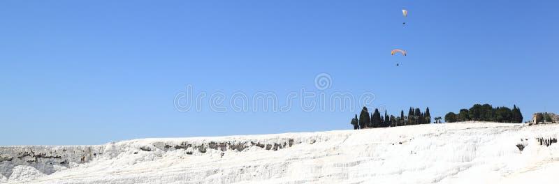 Pamukkale, Turchia - aliante dell'insegna durante le sorgenti termali fotografia stock