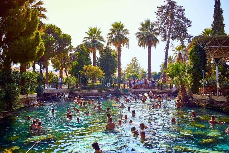 PAMUKKALE, TURKIJE - September 17, 2017: De niet geïdentificeerde toeristen zwemmen in het Bad van Antiek poolcleopatra in Pamukk stock foto