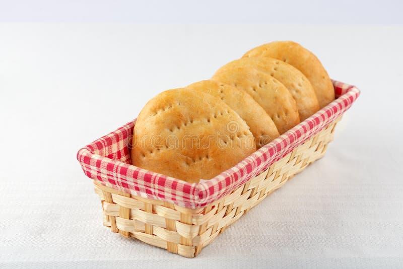 Pan ácimo en una cesta de mimbre fotografía de archivo libre de regalías