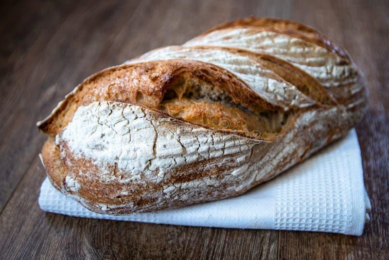 Pan ácimo entero orgánico recientemente cocido sano hecho en casa del grano fotos de archivo
