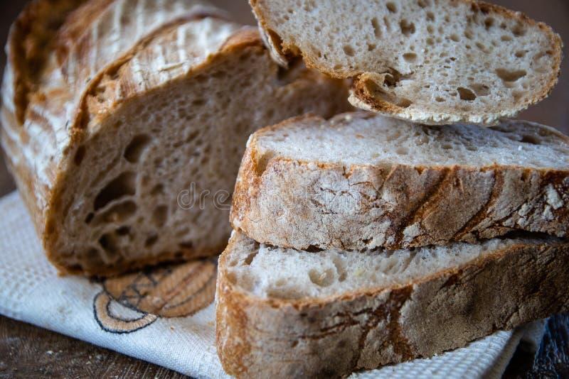 Pan ácimo entero orgánico recientemente cocido sano hecho en casa del grano fotografía de archivo libre de regalías