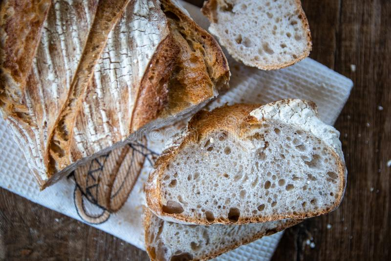 Pan ácimo entero orgánico recientemente cocido sano hecho en casa del grano fotografía de archivo