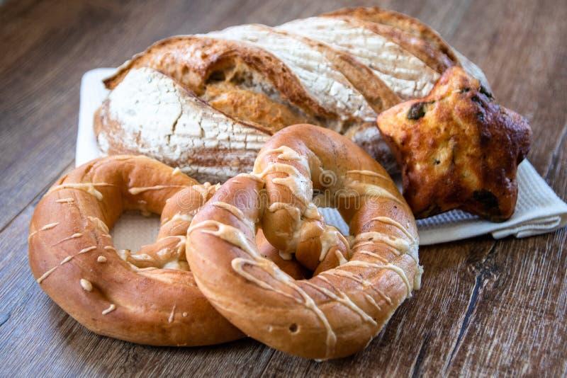Pan ácimo entero orgánico y pasteles recientemente cocidos sanos hechos en casa del grano imagenes de archivo