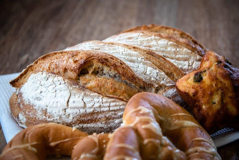 Pan ácimo entero orgánico y pasteles recientemente cocidos sanos hechos en casa del grano foto de archivo libre de regalías