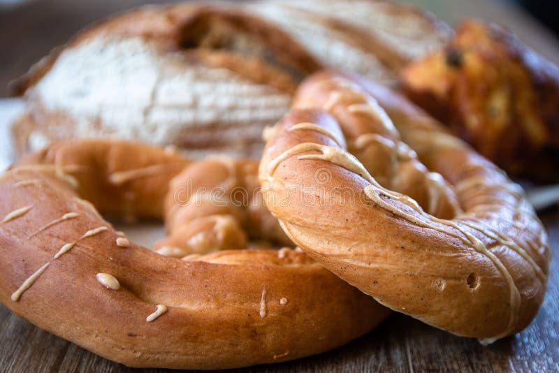 Pan ácimo entero orgánico y pasteles recientemente cocidos sanos hechos en casa del grano imagen de archivo libre de regalías