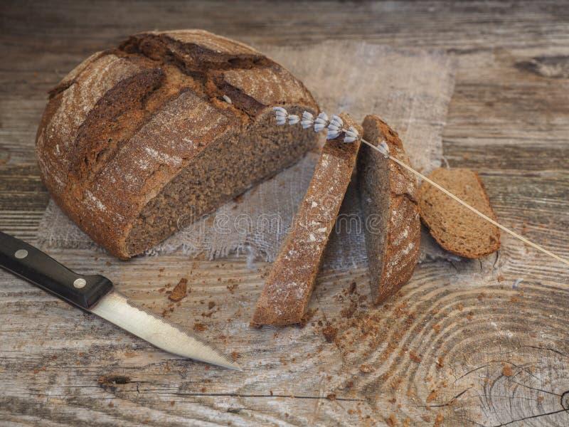 Pan ácimo hecho en casa hecho de la harina del centeno y de trigo imágenes de archivo libres de regalías