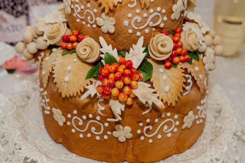 Pan, adornado con las flores y las uvas de la pasta Pasteles para los eventos solemnes imagen de archivo libre de regalías