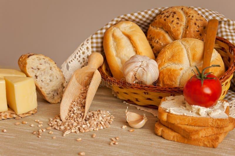 Pan, ajo, queso y tomate fotografía de archivo