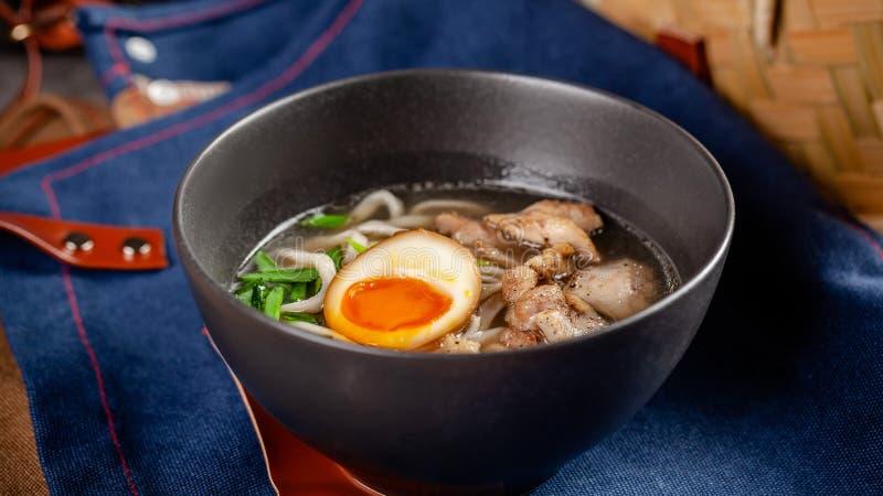 Pan-asiatisches Küchekonzept Japanische Ramen-Suppe mit chinesischen Nudeln, Ei, Huhn und Frühlingszwiebeln Servierteller stockfotos