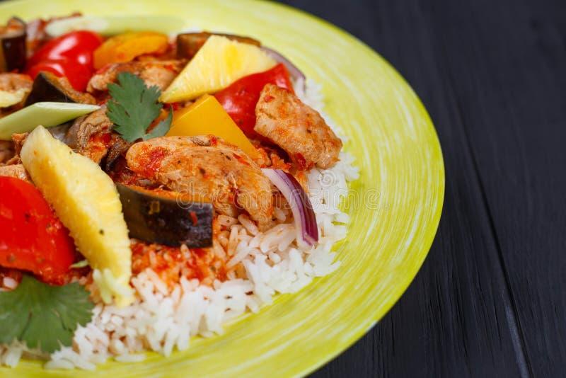 Pan-asiatisches Lebensmittel, appetitanregender würziger Reis mit Huhn, Ananas SL stockfotos