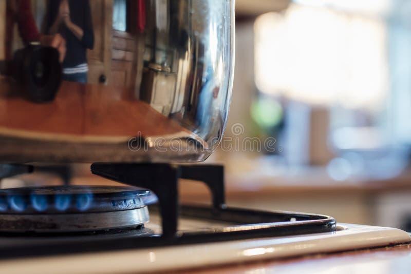 Pan auf einem Küchen-Gewindebohrer stockbilder