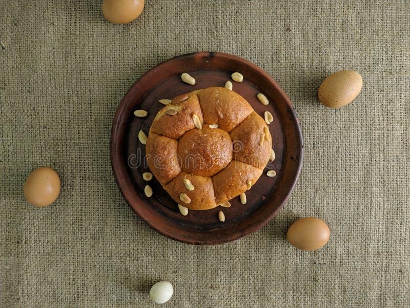 Pan blanco con las nueces en la placa de la arcilla fotografía de archivo
