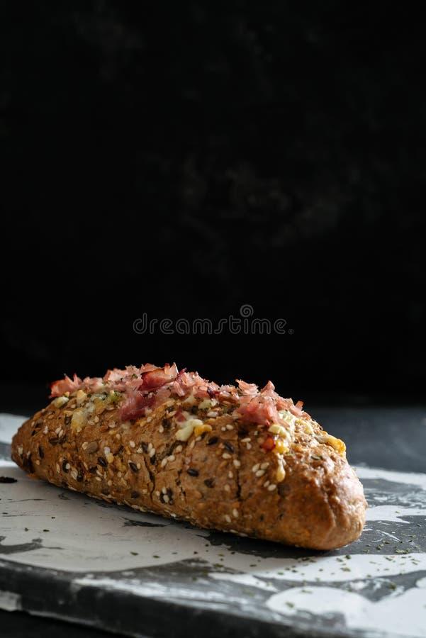 Pan caseoso cocido fresco del tir?n aparte, con ajo y mantequilla de hierbas fotografía de archivo libre de regalías