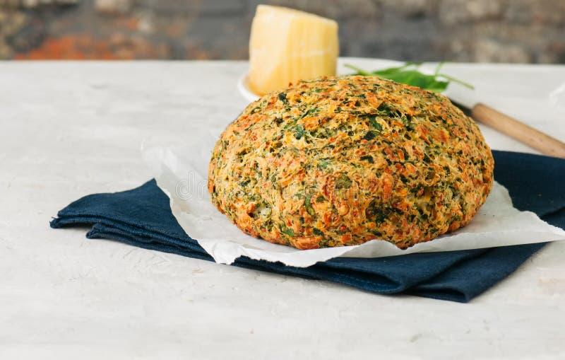 Pan caseoso recientemente cocido de la espinaca en un contexto de piedra blanco ru imagen de archivo libre de regalías