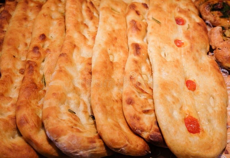 Pan caucásico fresco con el tomate para la venta fotos de archivo