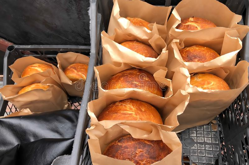 Pan cocido hecho en casa en el papel que empaqueta, productos de la panadería de hombres de negocios privados foto de archivo