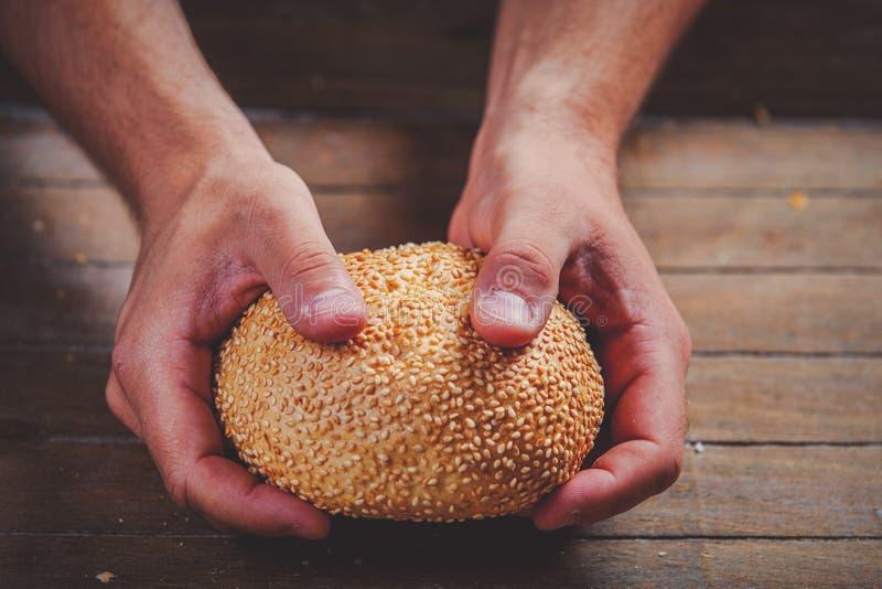 Pan cocido libre del gluten en manos del panadero fotografía de archivo