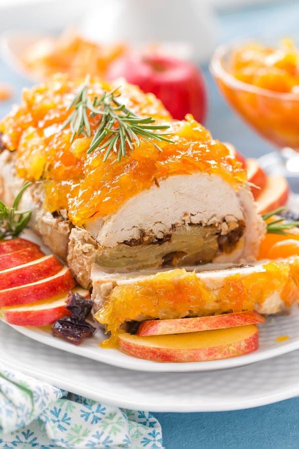 Pan con carne cocido relleno con las manzanas y los ciruelos, confitura adornada de la mandarina Menú de la Navidad fotos de archivo
