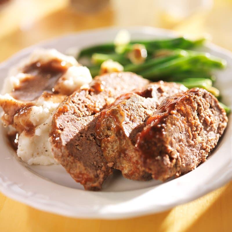 Pan con carne con los greenbeans y los purés de patata imagen de archivo libre de regalías