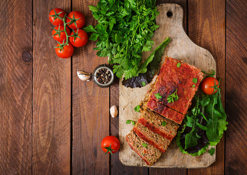 Pan con carne de tierra hecho en casa con las verduras imagen de archivo
