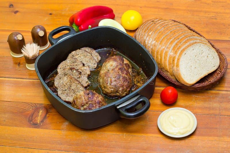 Pan con carne, pan y verduras foto de archivo libre de regalías