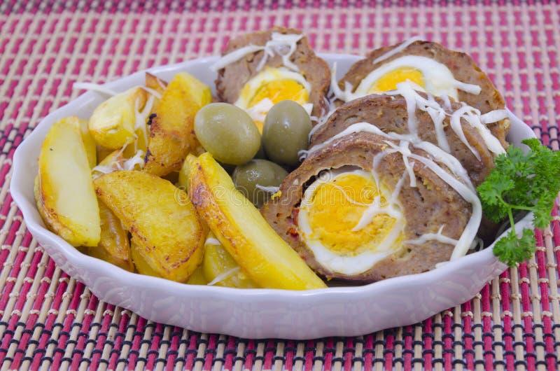 Pan con carne, patata y aceitunas deliciosos foto de archivo