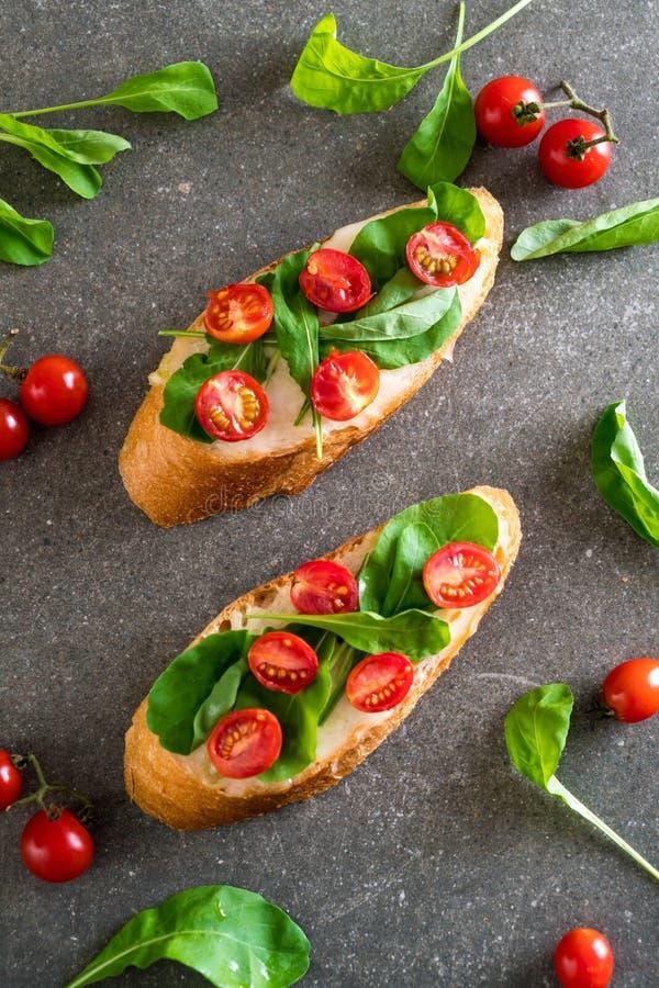 pan con el cohete y los tomates imagenes de archivo