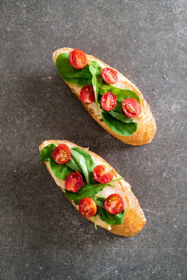 pan con el cohete y los tomates foto de archivo