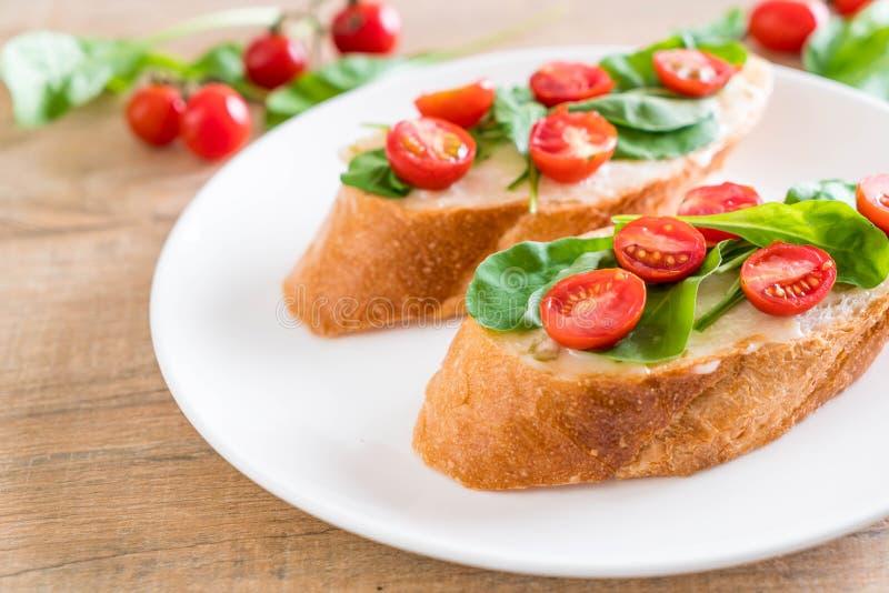pan con el cohete y los tomates fotos de archivo