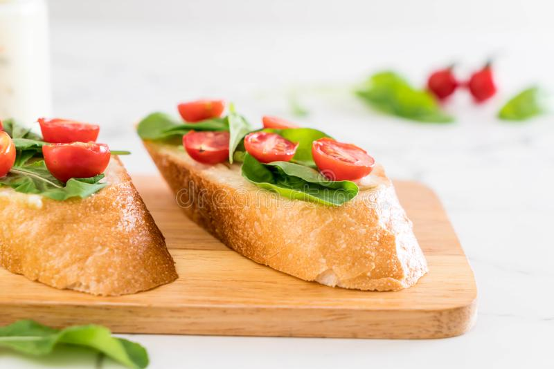 pan con el cohete y los tomates imagen de archivo