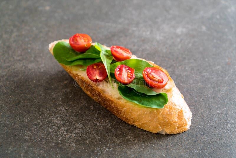 pan con el cohete y los tomates fotos de archivo libres de regalías