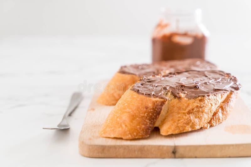 pan con la extensión de la avellana del chocolate fotos de archivo