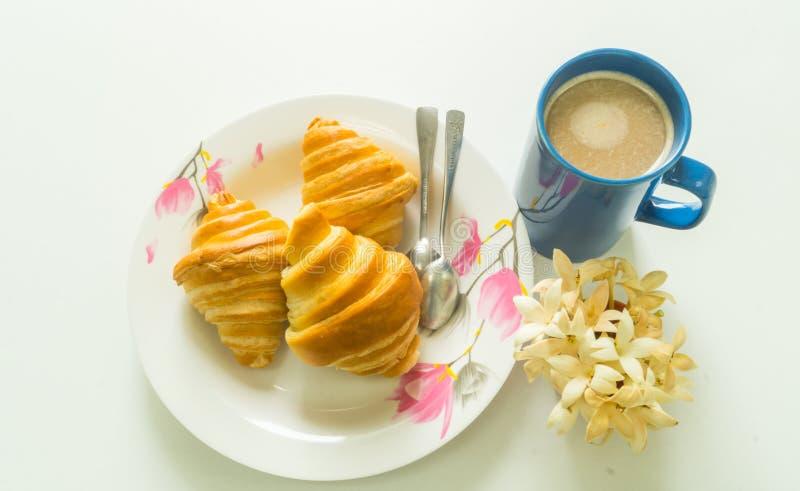 Pan con la taza de café en el tiempo de mañana imagen de archivo
