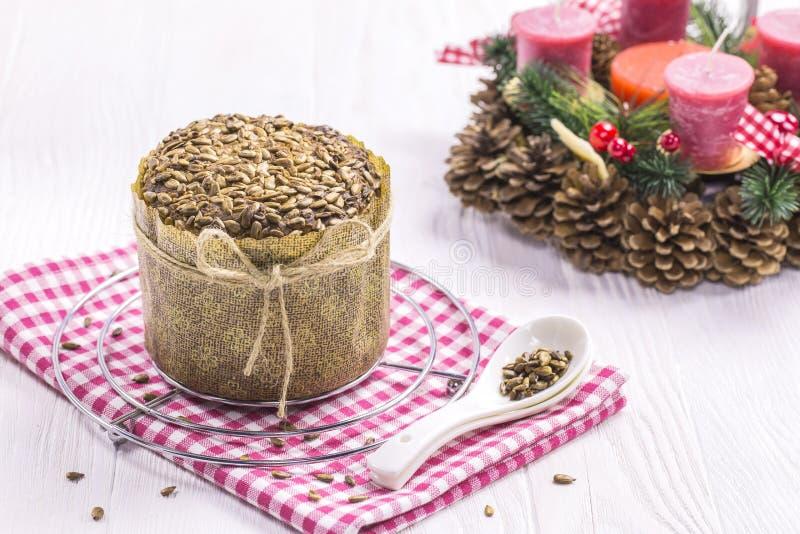 Pan con las migas, paño del Año Nuevo, cucharillas del girasol fotografía de archivo