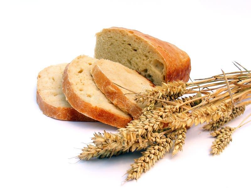 Pan con los oídos del trigo imagenes de archivo