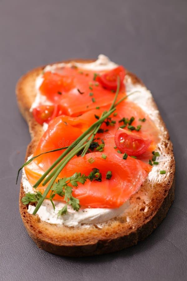 Pan con los salmones y la crema imagenes de archivo