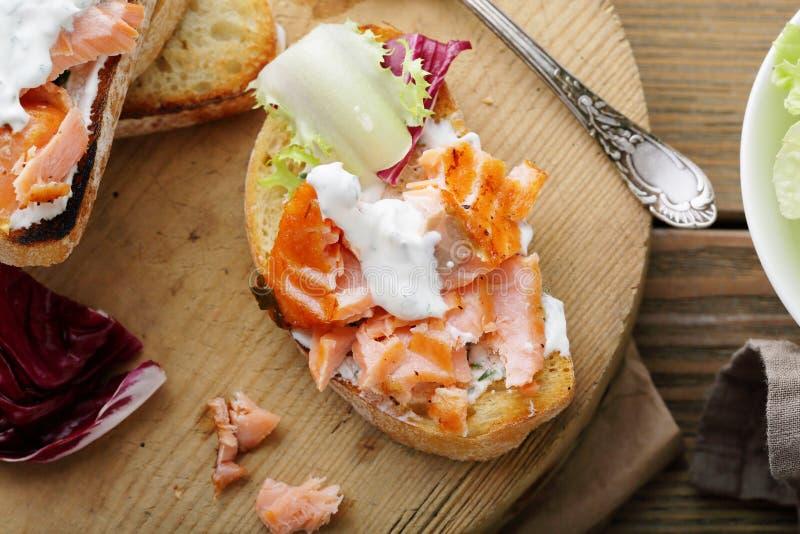 Pan con los salmones y la salsa imágenes de archivo libres de regalías