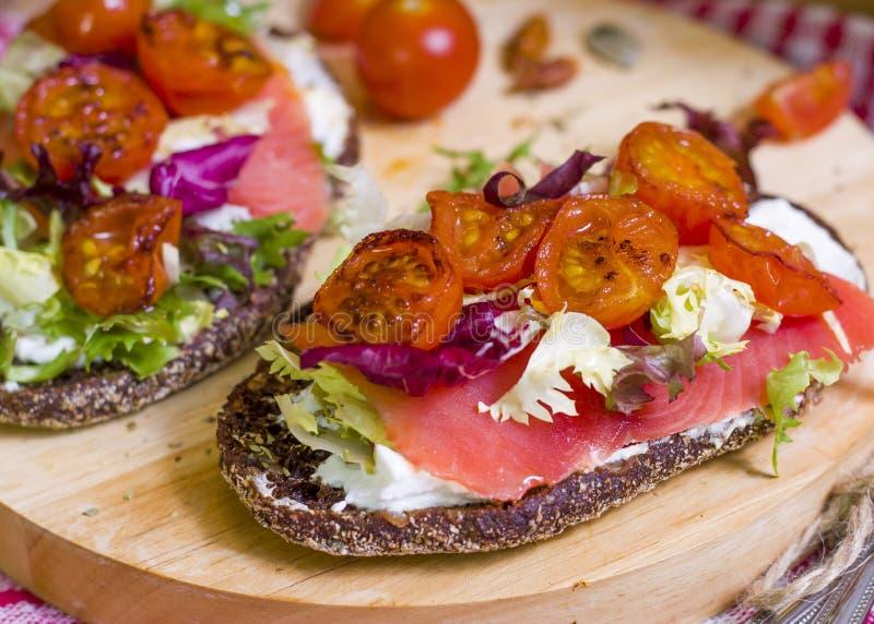 Pan con los salmones y las verduras imagen de archivo libre de regalías