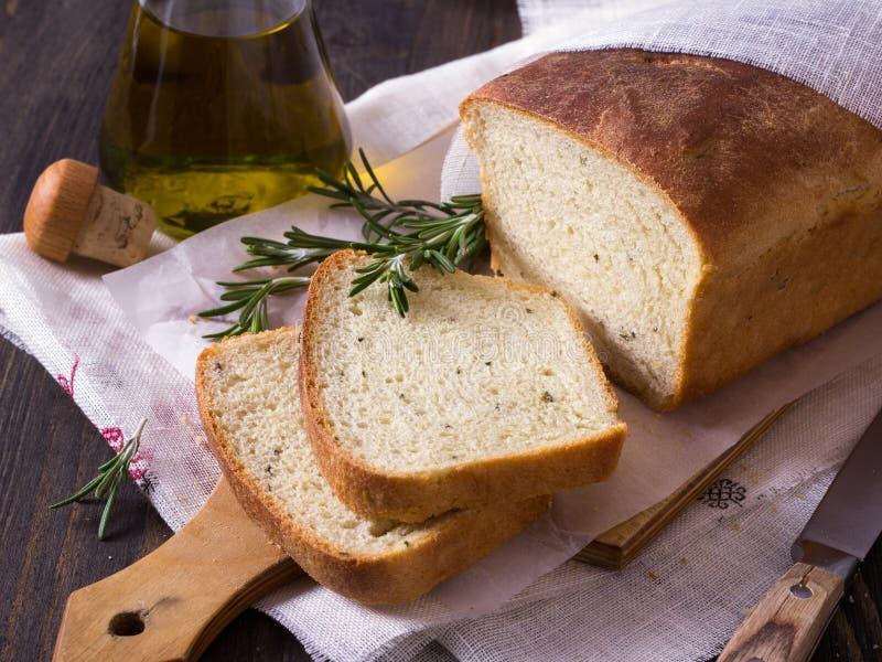Pan con romero y aceite de oliva fotos de archivo