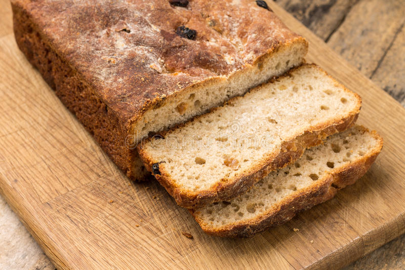 Pan cortado del pan ácimo hecho en casa del trigo foto de archivo