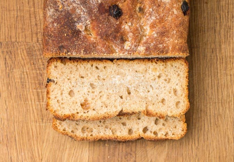 Pan cortado del pan ácimo hecho en casa del trigo fotografía de archivo libre de regalías