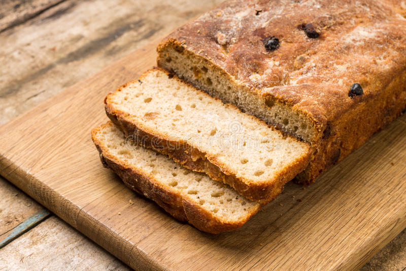 Pan cortado del pan ácimo hecho en casa del trigo imagen de archivo libre de regalías
