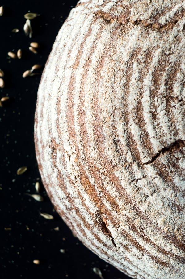 Pan crujiente del artesano del pan amargo en fondo oscuro fotografía de archivo libre de regalías